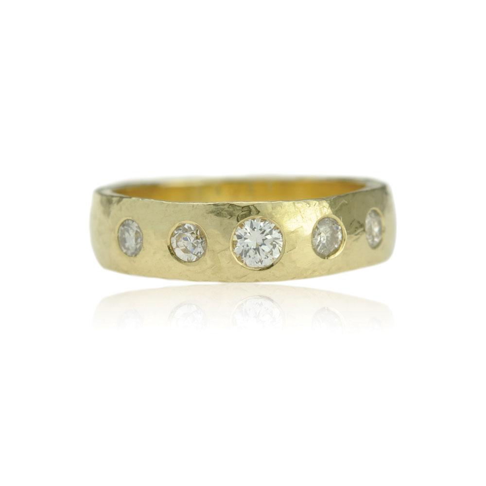Geelgouden Ring Met Een Hamerbewerking En Vijf Diamanten
