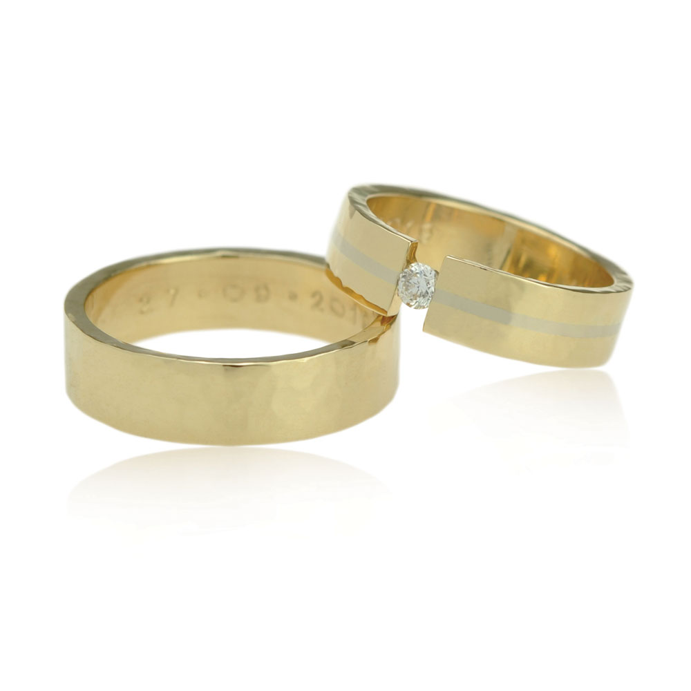 Geelgouden Trouwringen Met Een Zwevende Diamant En Witgouden Ring In De Damesring