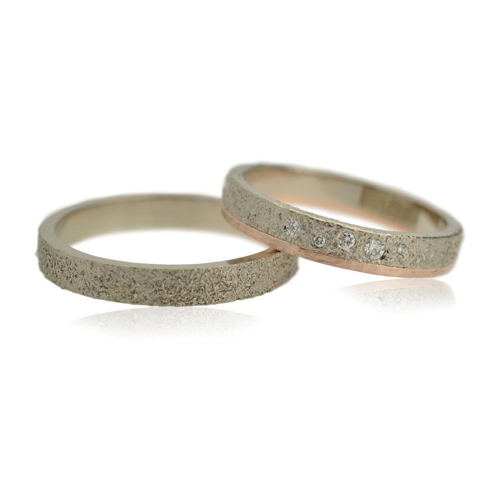 Trouwringenset Van Witgoud Met Een Grove Structuur De Damesring Heeft Een Roodgouden Ring En Vijf Diamant
